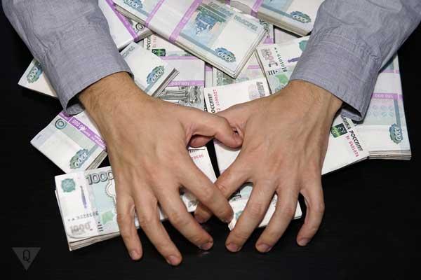 На столе деньги и чьи-то руки