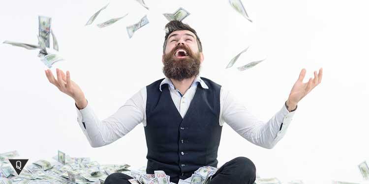 Мужчина подкидывает в воздух деньги и радуется