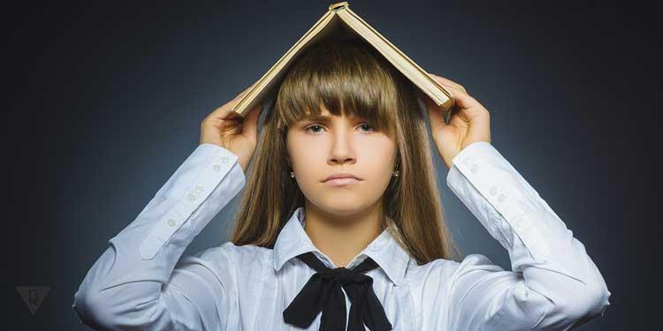 Девочка с книгой на голове