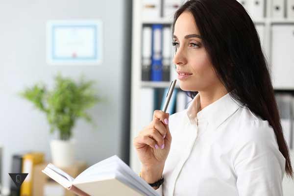 Девушка с блокнотом и ручкой