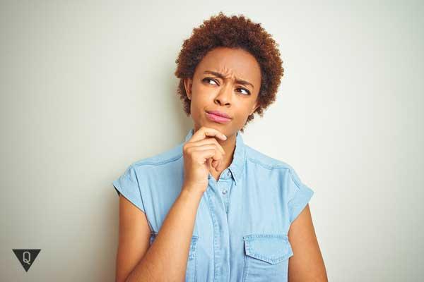 Девушка афроамериканка задумалась над чем-то