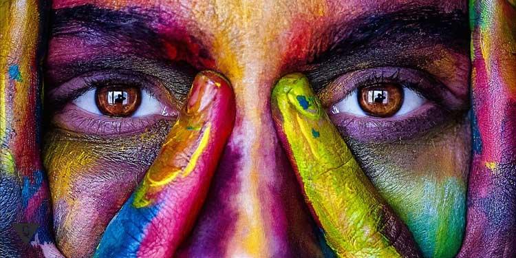 Лицо девушки в разноцветных красках