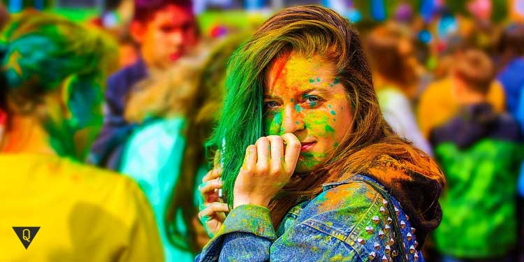 Девушка в разноцветных красках на празднике