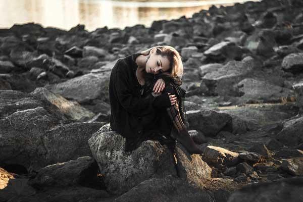 Девушка грустит на море
