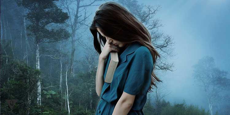 Девушка одна грустит