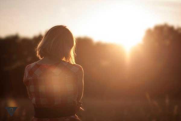 Девушка провожает закат