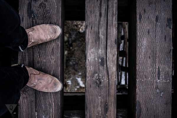 Ноги на фоне мостика из досок