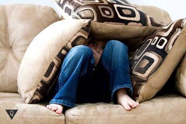 Ребенок спрятался в подушках
