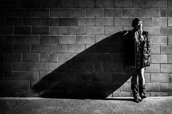 Ребенок один возле стены