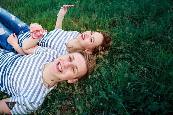 парень и девушка смеются