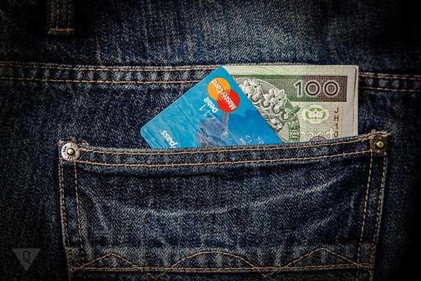 Банковские карточки торчат из кармана
