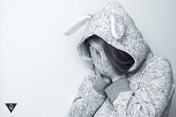 Девушка в костюме зайчика плачет